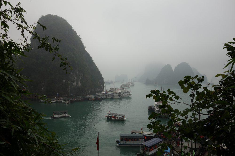 Die Halong Bucht bei Regen und Nebel